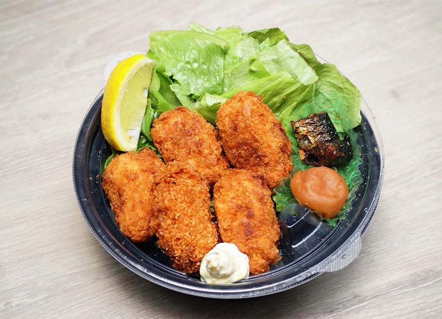 <p><strong>広島産大粒カキフライ定食</strong><br /> 大きな大きな5粒入り♪食べ応えじゅうぶん!</p>